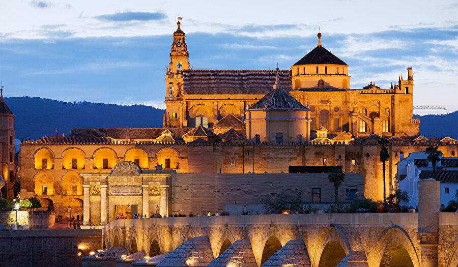 Tam ortasına inşa edilen katedralle birlikte, Kurtuba Camii'nin yeni silueti.