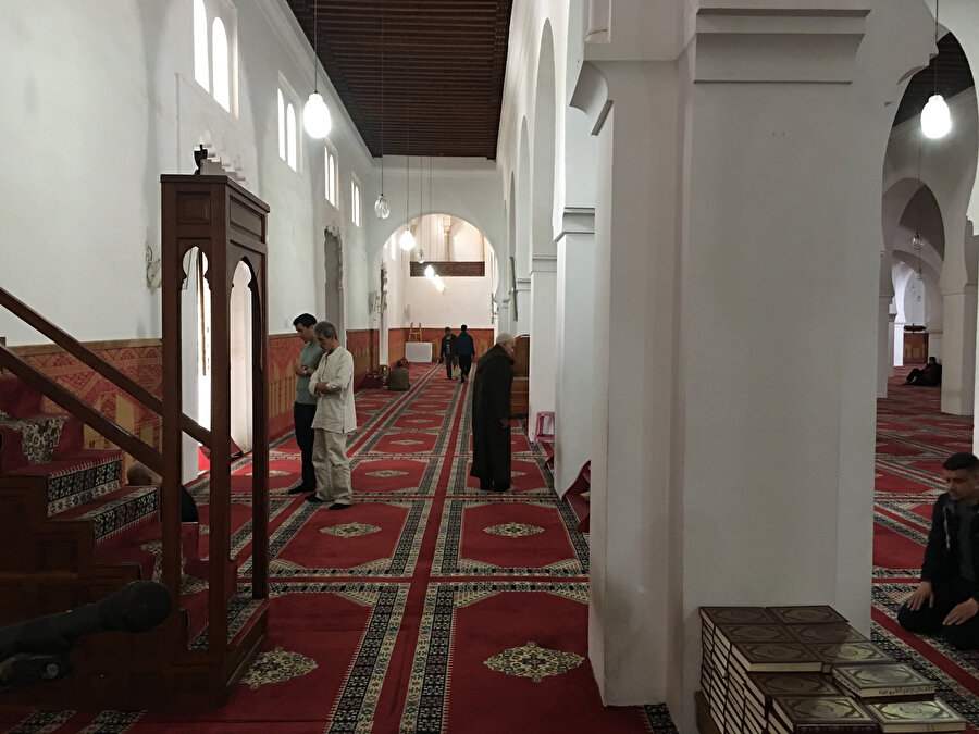 Fas'ın Fes şehrindeki Karaviyyîn Camii'nde de kıble yaklaşık 45 derecelik bir sapma açısına sahiptir.