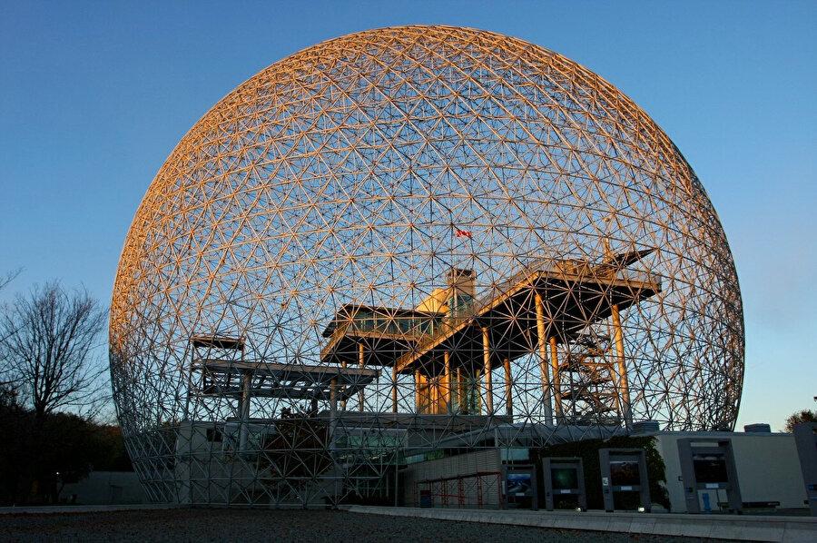 Biyosfer Montreal'ın içerisindeki yapı, farklı kotlardaki platformlardan oluşuyor.