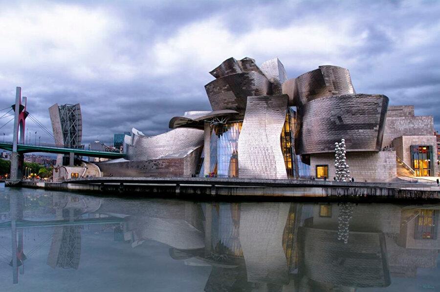 Heykeli çağrıştıran görüntüsüyle Guggenheim Bilbao, müze tasarımında çığır açar.