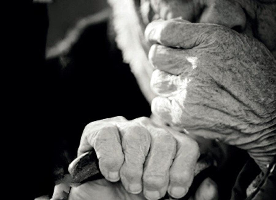 Ev de eskidi, eşyalar da eskidi, Musa Dede de eskidi. İhtiyarlığın gözü kör olsun.