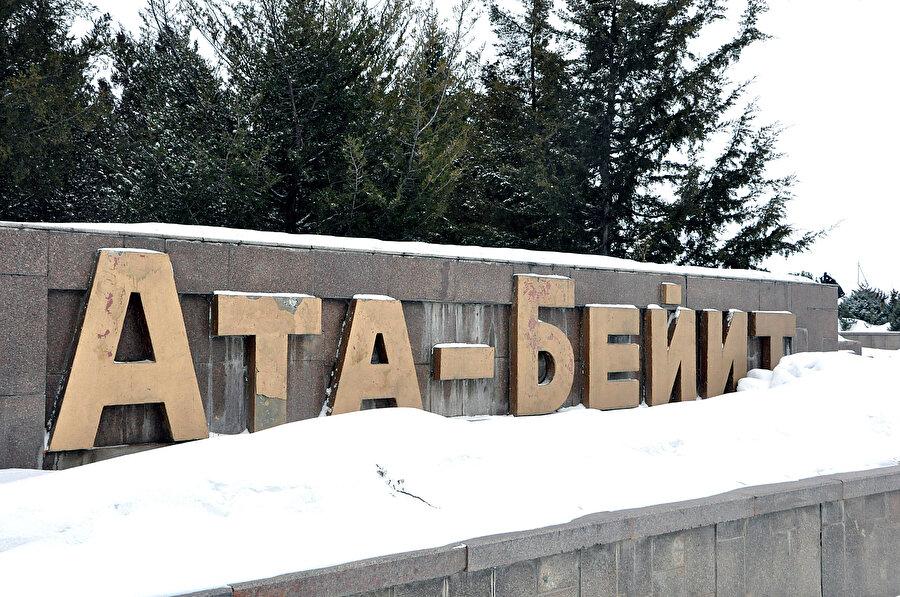 Tanrı Dağı eteklerindeki Taş Döbö köyü yakınlarında yer alan Ata-Beyit Ulusal Tarih ve Anıt Kompleksi.