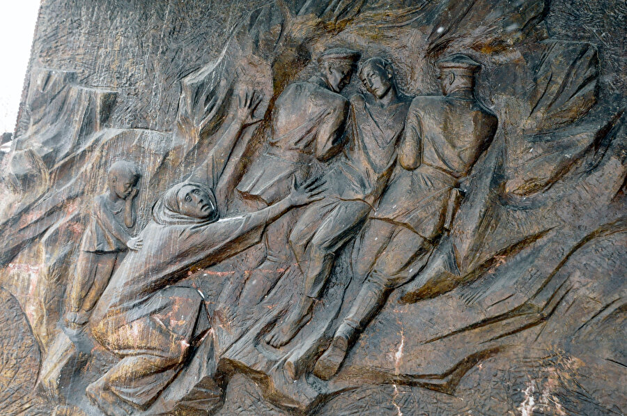 Kompleksin içinde yer alan anıt heykeller.