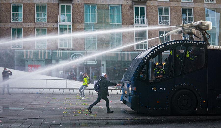 Polis tazyikli suyla göstericilere müdahale etti