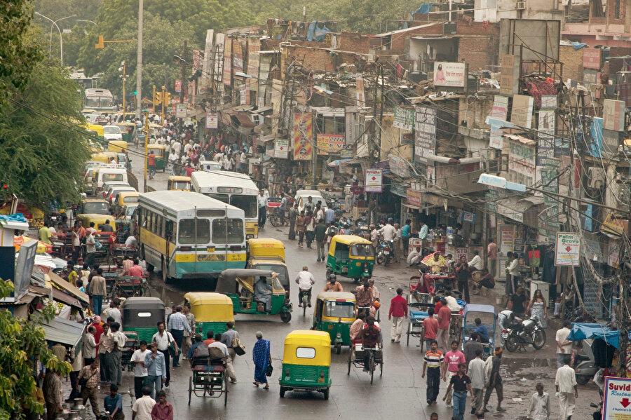 """Hindistan'da, Hilton Oteli'nde kalmış bir arkadaşım, """"Hilton bile Hindistan kokuyor demişti."""" Demek ki orada, maddi dünyayı hâlâ çöp sayan ruhsal bir düzen var…"""