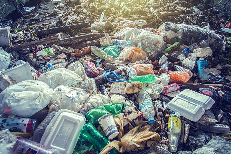 Tüketim toplumu ise var olmak için nesneleri yok etmeye ihtiyaç duyar.