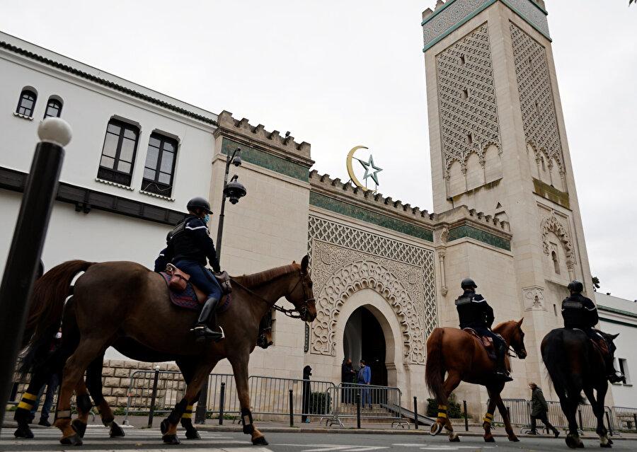 Fransa'da Müslümanları hedef alan yasa tasarısı hazırlandı.