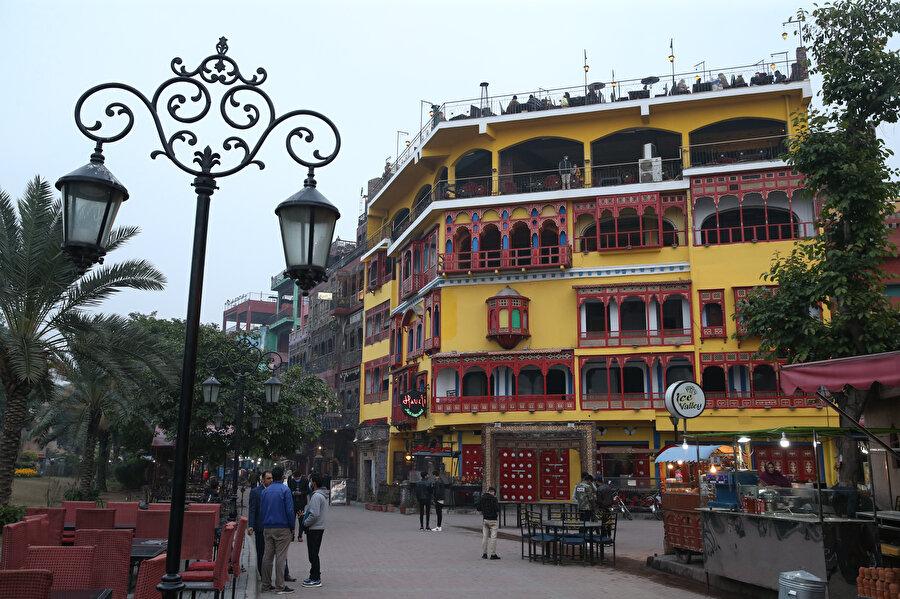 Şehrin renkli kültürü, yerli ve yabancı turistlerin kente adeta akın etmesine yol açıyor.