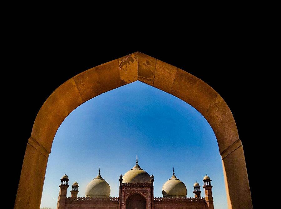 Badşahi (Padişah) Camisi gerek şehrin gerekse ülkenin en önemli simgeleri arasında yer alıyor.