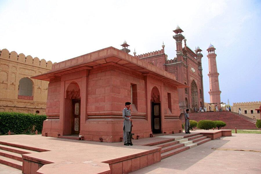 İkbal'in kabri, Badşahi Camisi'nin ana kapısının girişinde sol tarafta yer alıyor.