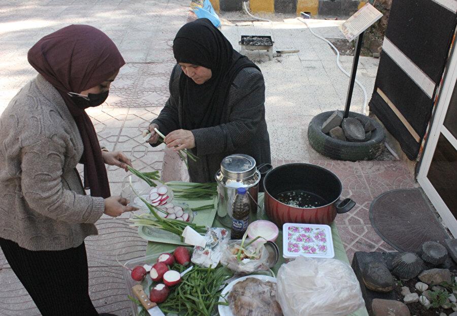Raşuf yemeğinde kullanılan çoğu malzeme, evde hazırlanıyor.