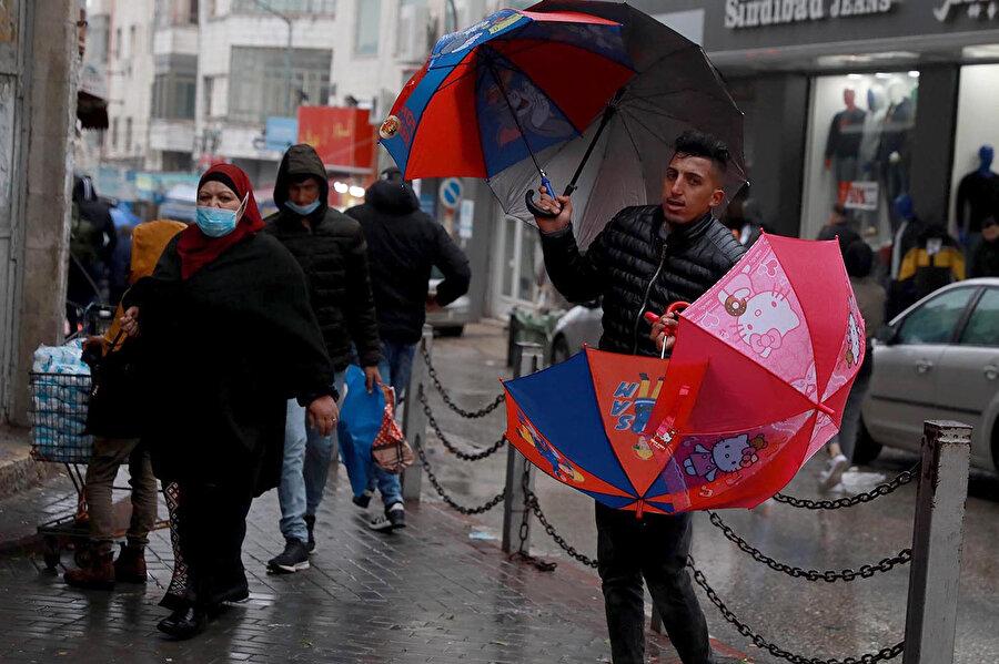 Filistinler aşının ülkelerine biran önce ulaşmasını temenni ediyor.