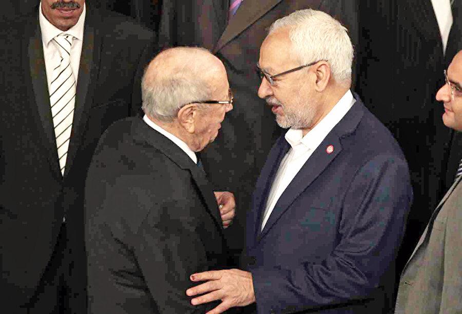 Nahda Partisi lideri Raşid Gannuşi ile yeni kurulan Nida Tunus Partisi lideri El Baci Kaid es Sibsi Paris'te bir araya geldi.