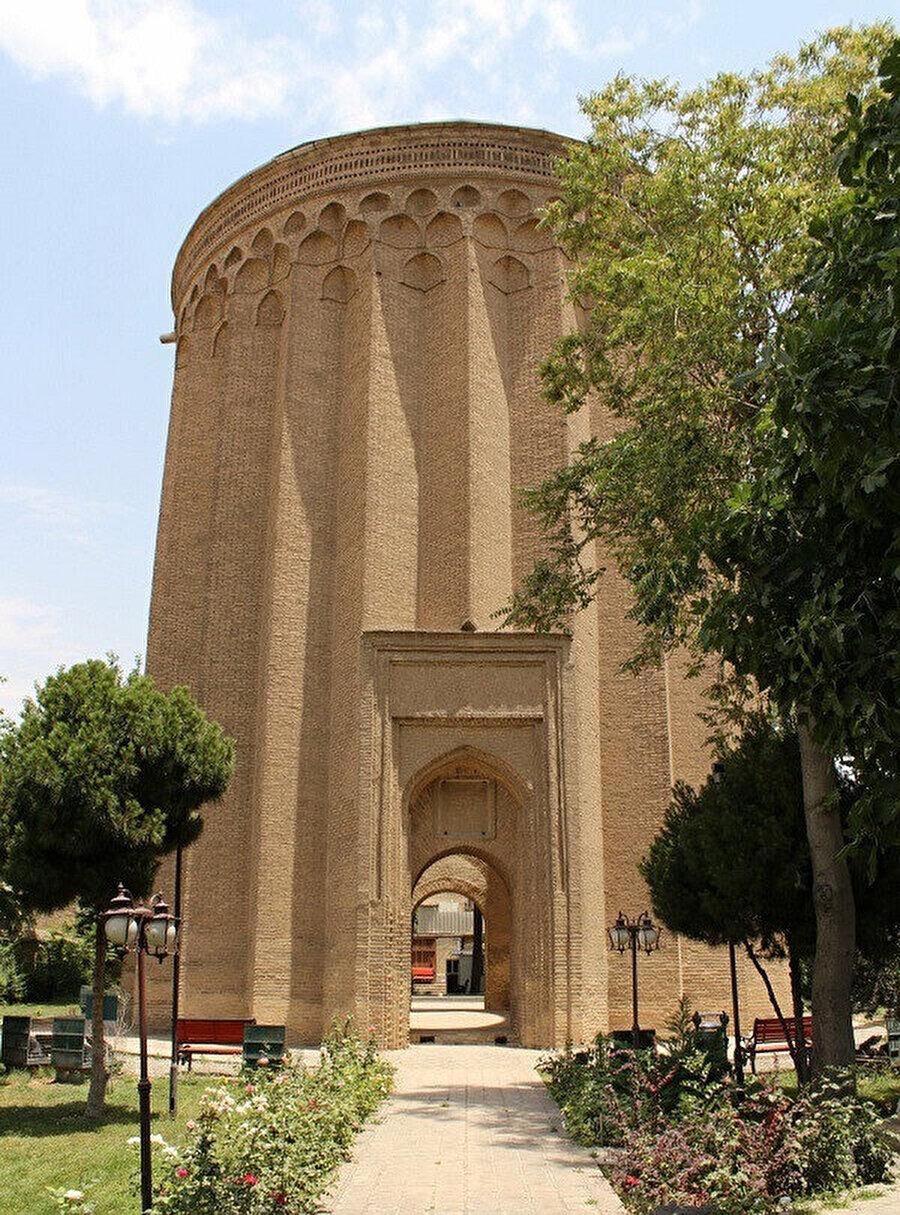 Tuğrul Bey'in Tahran'ın 20 km. kadar güneyinde yer alan Rey'deki türbesi. Rey bir dönem Büyük Selçuklu Devleti'ne başkent de olmuştur (Fotoğraf: Yusuf Sami Kamadan).