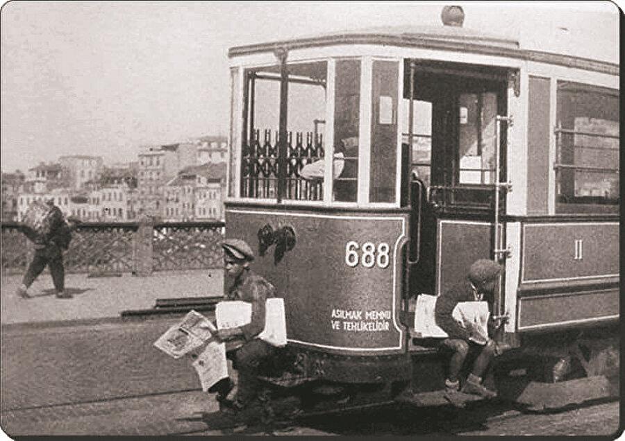 Galata Köprüsü üstünde 688 numaralı bir tramvay.
