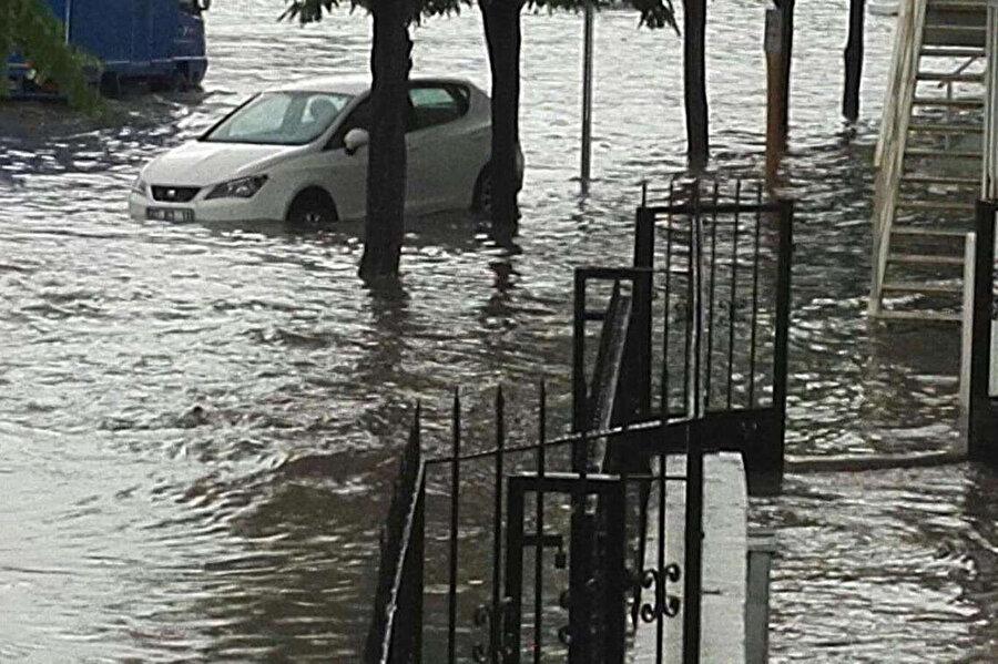 Araçlar su içinde kaldı
