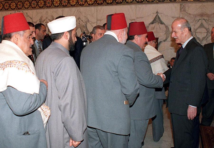 Hâfız Esed, ulema sınıfıyla kurduğu sıkı irtibat sayesinde, Suriye halkının önemli bir kesiminin desteğini kazandı.