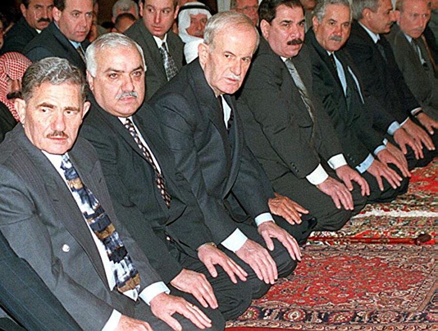 Baas Partisi'nin üst düzey isimleri, toplu halde namazda.
