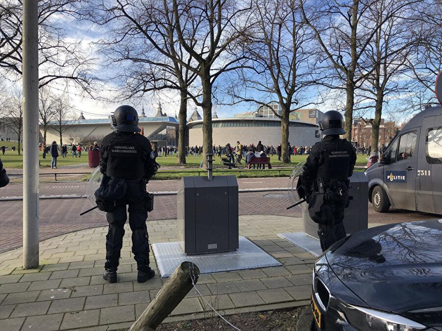 Amsterdam'da sokağa çıkma kısıtlamasının ikinci haftasında protestolar sürüyor