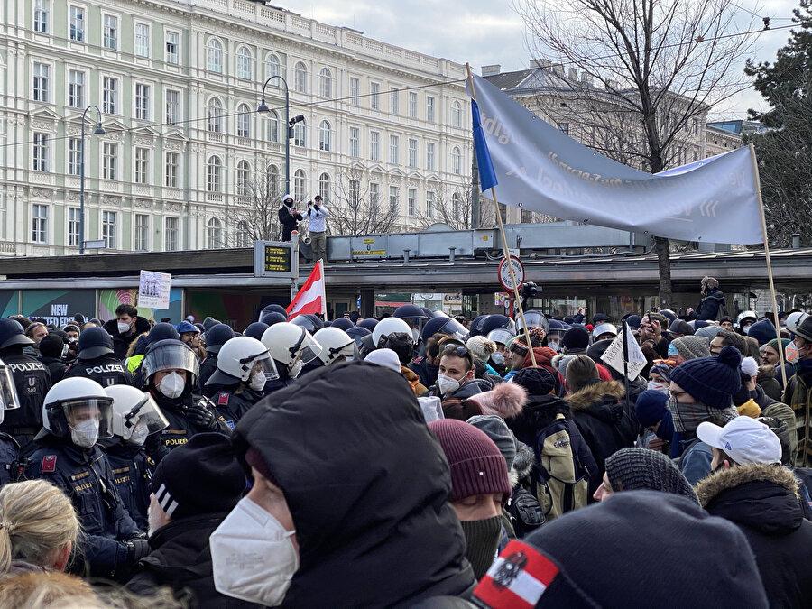Avusturya'da protestocular, COVID-19 önlemleri karşıtları gösteri yasağına rağmen sokağa çıktı