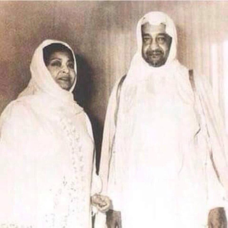Ümmü Gülsüm bir hac ziyaretinde, şarkılarının birinin de söz yazarı olan Prens Abdullah'la.