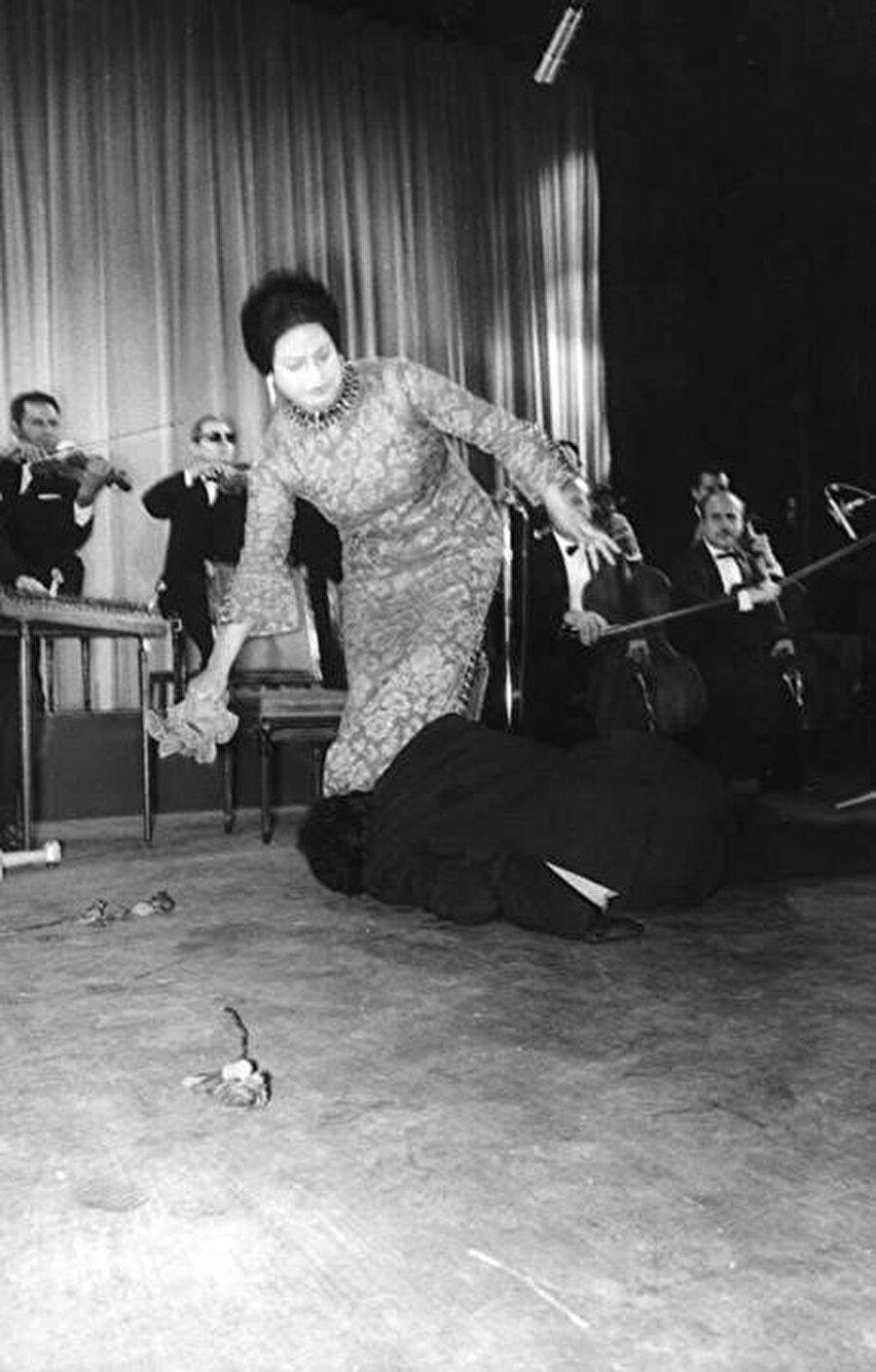 Bir konser sırasında, Ümmü Gülsüm'ün ayaklarına kapanan hayranı.