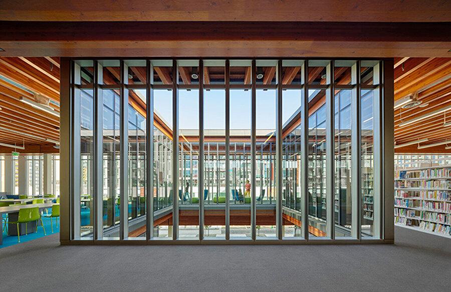 Yapıda ahşap tercih edilmesinin önemli bir diğer avantajı ise; çağdaş kamu binalarında genellikle oluşan soğuk ve kurumsal görüntünün ortadan kalkması.