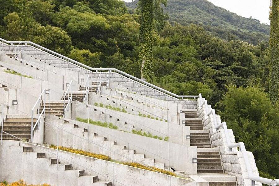 Merdivenlerin birbiriyle bağlantısı.