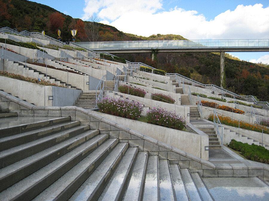 Asansör ile bahçeler arasındaki bağlantıyı sağlayan platform.