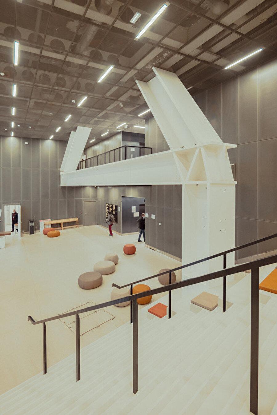 Proje içerisinde farklı işlevlere hizmet edebilecek, alışılmışın dışında toplantı odaları bulunuyor.