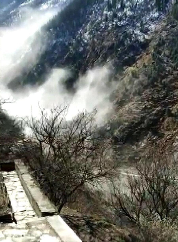 Hindistan'da buzul parçasının nehre düşmesi sonucu oluşan selde 150 kişiden haber alınamıyor