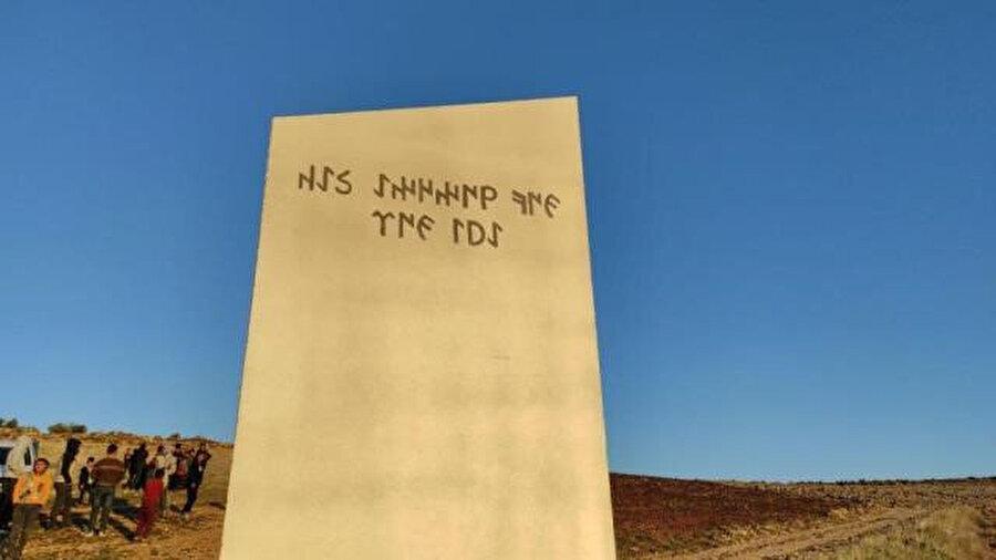 """Göktürk alfabesiyle """"Gökyüzüne bak ayı gör"""" yazıyor"""