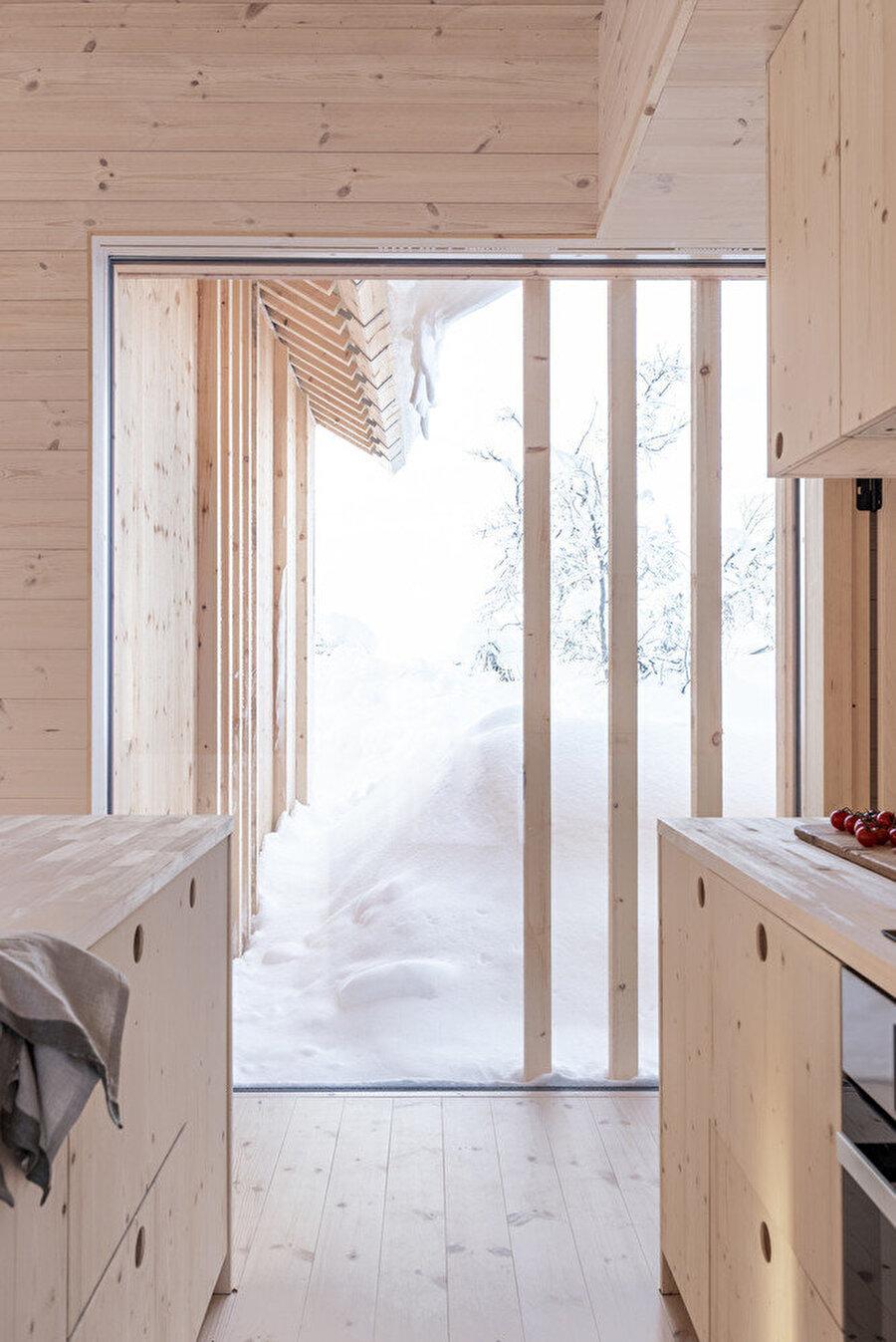 Mutfak bölümünden dış mekana açılan kapı.