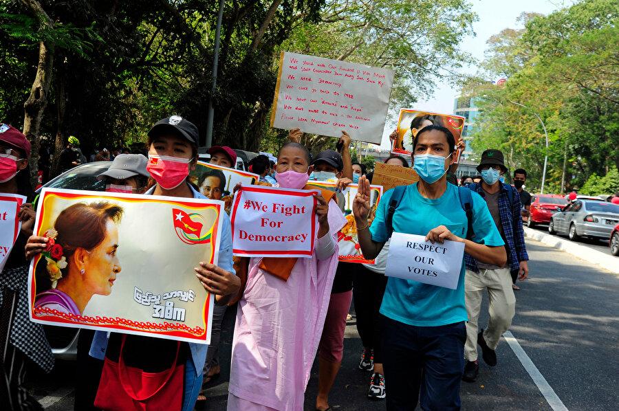 """Yangon'daki protestocular; """"Demokrasi için savaşıyoruz."""" ve """"Verdiğimiz oylara saygı duyun"""" yazılı pankartlar taşıdı."""
