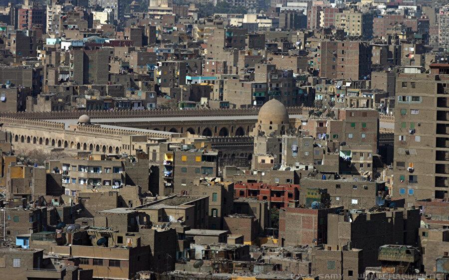 Eski Kahire'nin klâsik bir manzarası: Bakımsız evlerin arasında tarihî eserler...