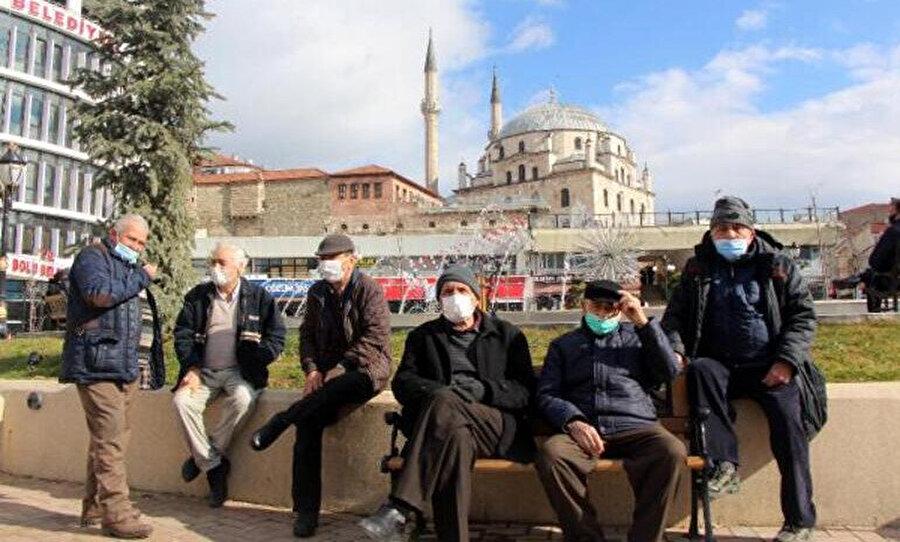 Demokrasi Meydanı'nda oturan vatandaşlar, karşılıklı olarak heykel konusunu tartıştı