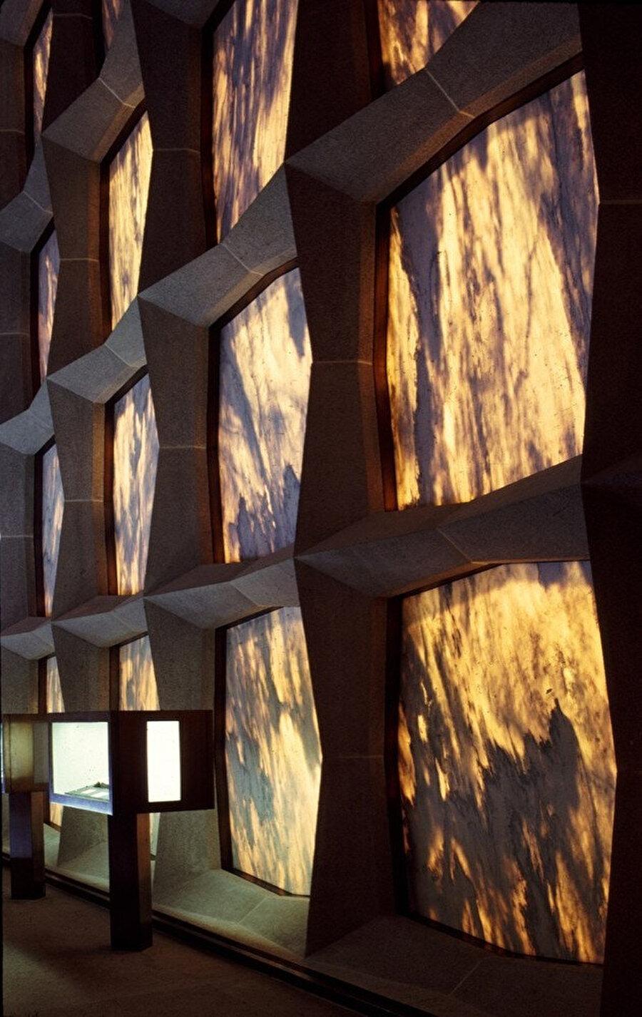 Dışarıdaki ışığın mermer panellerden geçişini anlatan, cepheye yakın bir fotoğraf.