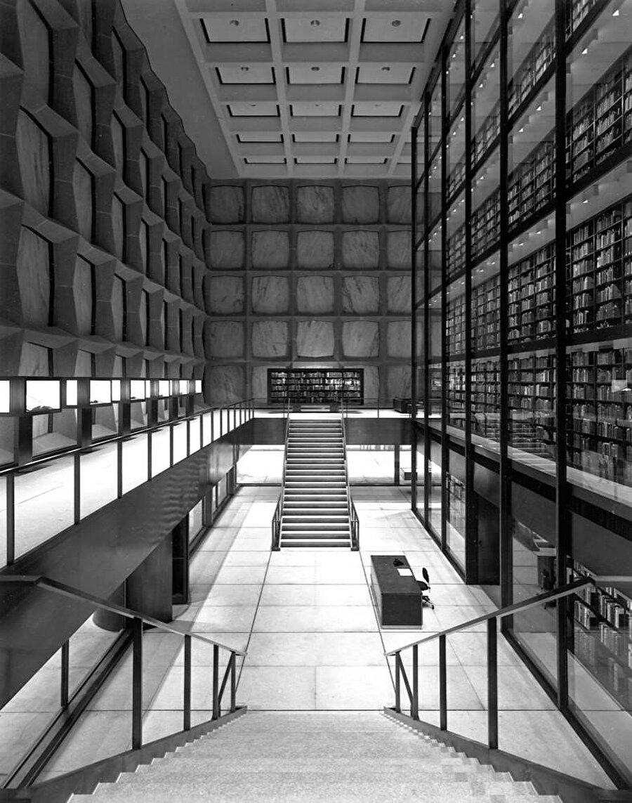 Merdivenler, cephe ve kitap kulesi ilişkisini gösteren fotoğraf.