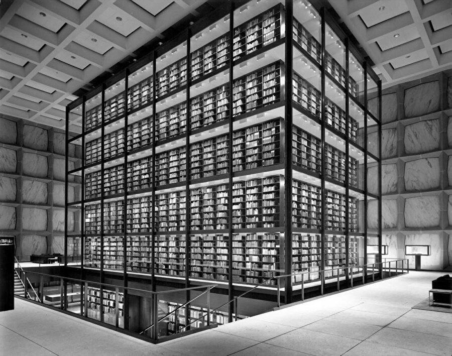 Camla kaplı 180.000 cilt kitabın yer aldığı kitap kule.