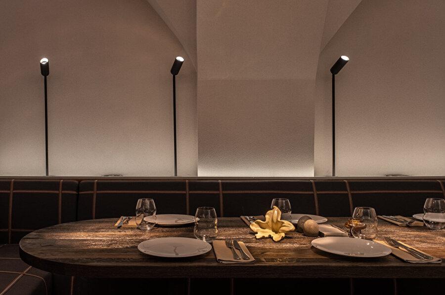 İç mekan içerisinde, birçok farklı aydınlatma elemanı kullanılıyor.