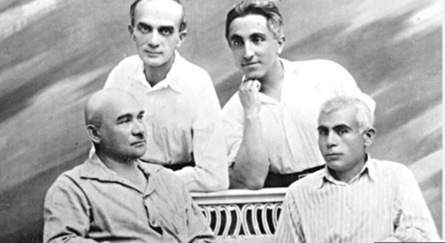Kırım Tatarlarının önemli isimleri bir arada: Celal Meinov ve Hasan Refatov (üst sırada, soldan sağa), Osman Akçokraklı ve Hüseyin Bodaninski (alt sırada, soldan sağa).