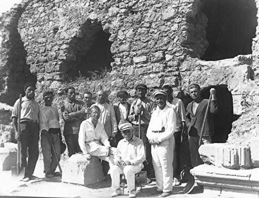 Kırım'ın kültür envanterini çıkaran Hüseyin Bodaninski (ortada, oturan) ve çalışma arkadaşları.