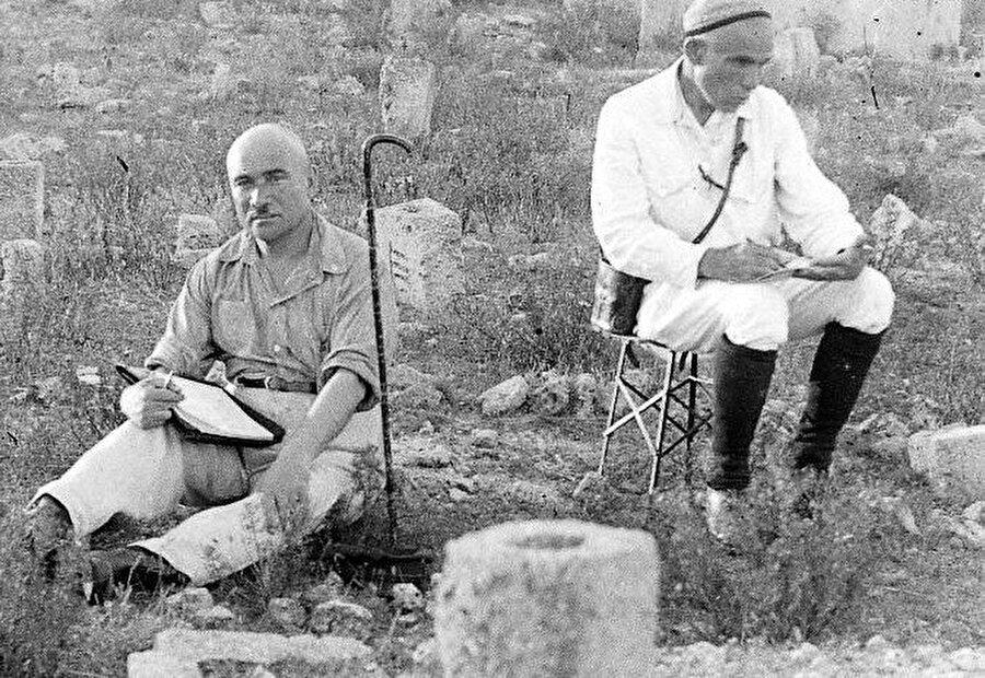 Osman Akçokraklı ve Hüseyin Bodaninski (sağda) arazide çalışma sırasında.