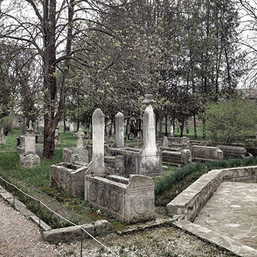 Hansaray'ın avlusunda tarihî mezarlar.