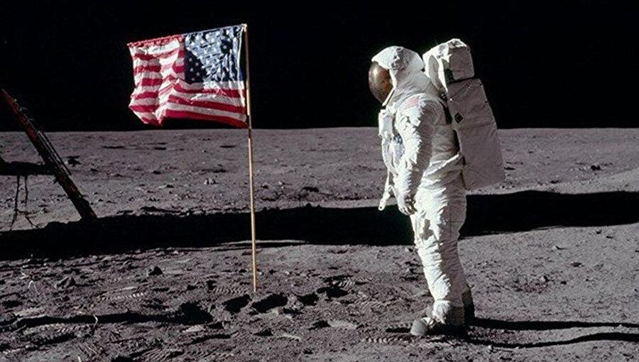 20 Temmuz 1969'da Ay'a giden Apollo 11 uzay aracının komutanı olan Neil Armstrong Ay'a ilk ayak basan insan olarak tarihe geçti