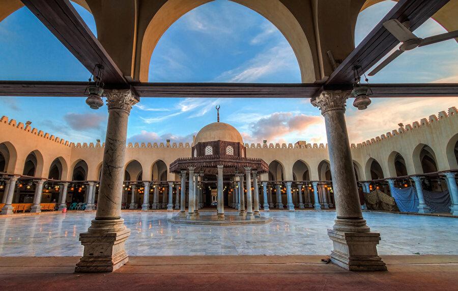 Fetih'ten hemen sonra inşa edilen Amr bin Âs Camii'nin iç avlusu.