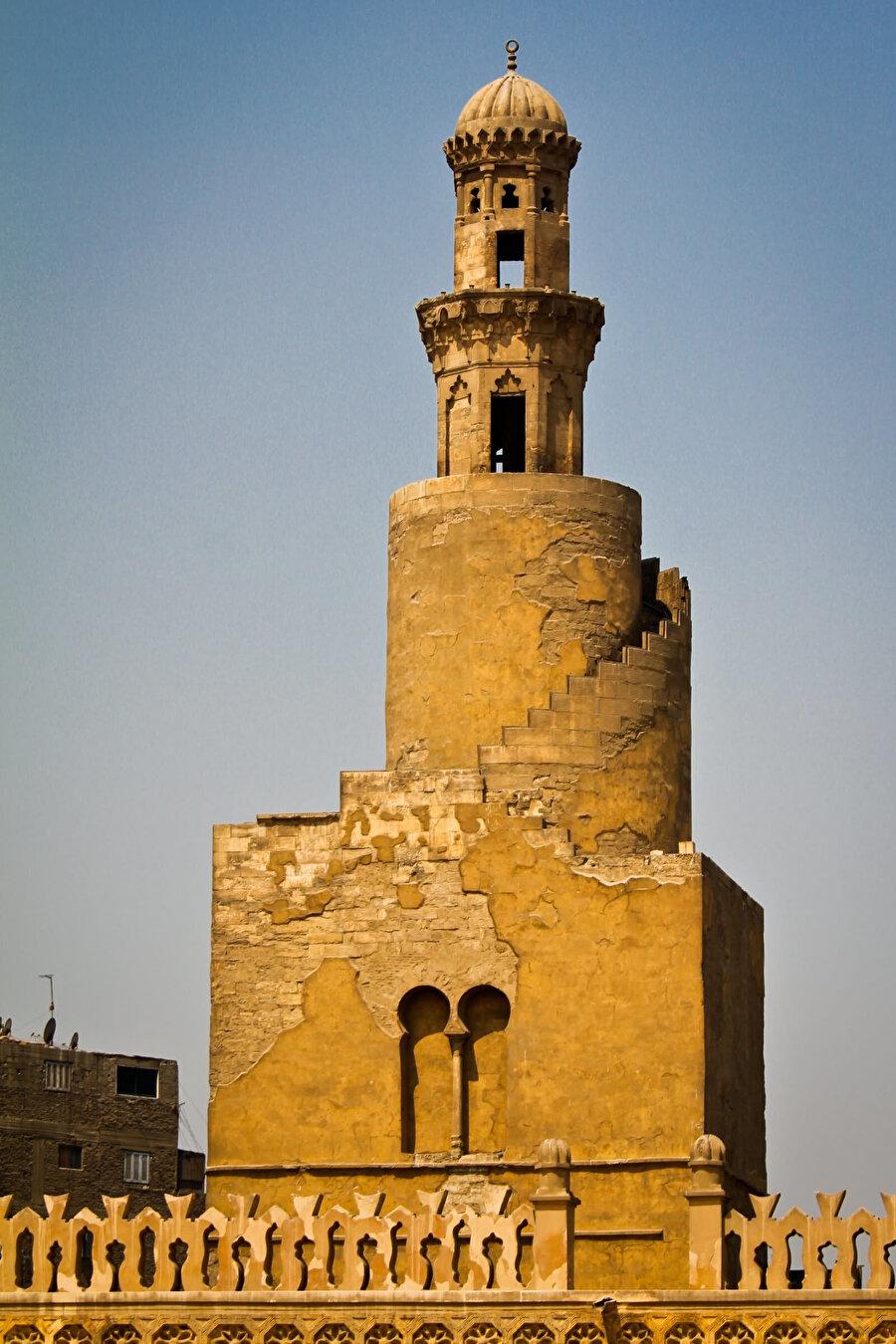 Tolunoğlu Camii'nin artık klâsikleşen spiral minaresi.