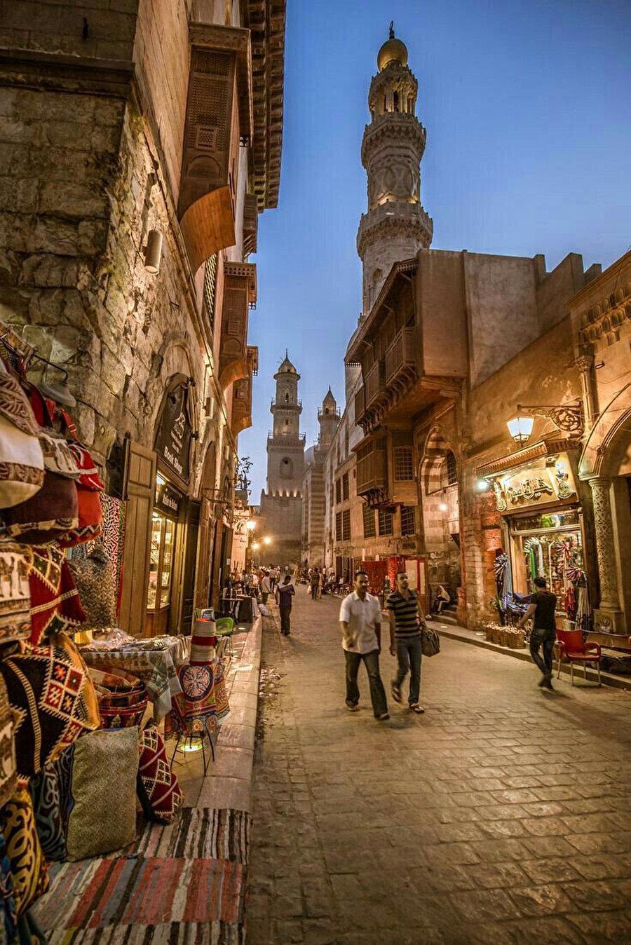 Eski Kahire'nin merkezindeki Muizz Caddesi, bir açık hava müzesi gibidir.