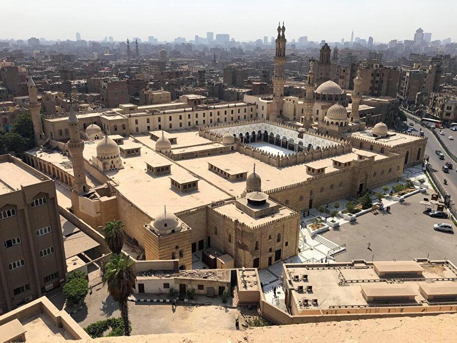 Başlangıçta Şiî mezhebini yaymak için bir doktrin merkezi olarak kurulan, ancak Salahaddîn Eyyûbî tarafından Sünnî esaslara göre yeniden dizayn edilen Ezher Külliyesi.