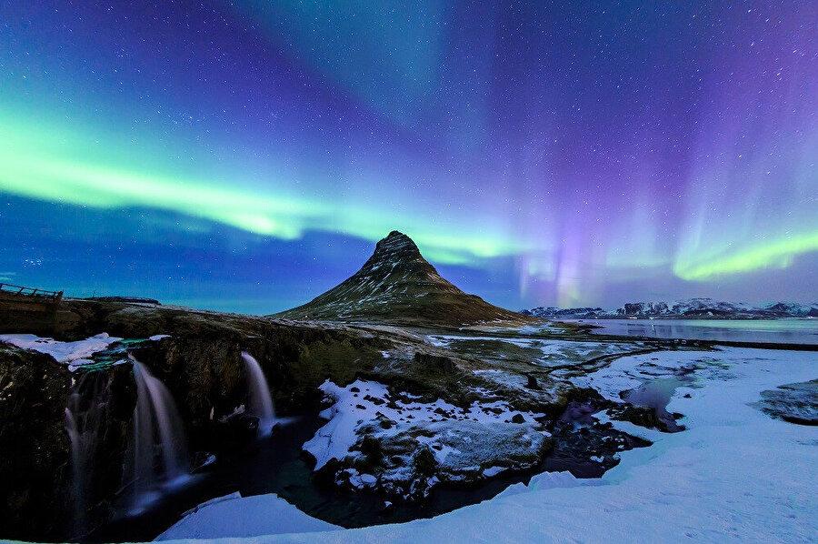 İzlanda, kuzeyinde Arktik Okyanusu ile çevrilidir.